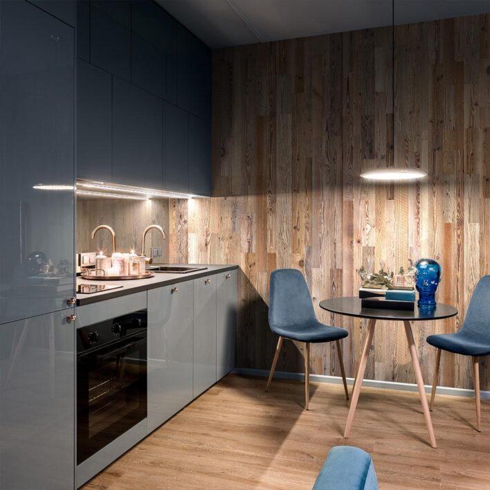 mur en planche de bois dans une cuisine