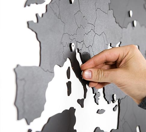 decorer un mur avec la carte du monde bois
