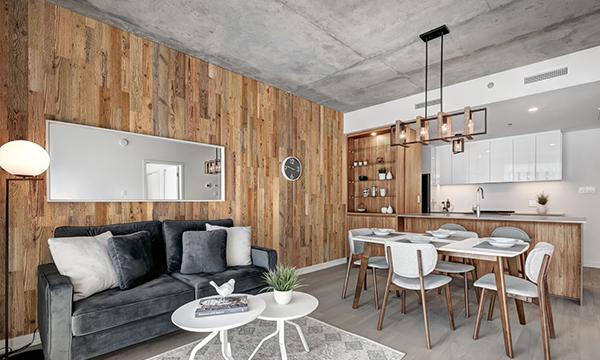 habillage mur en bois salon